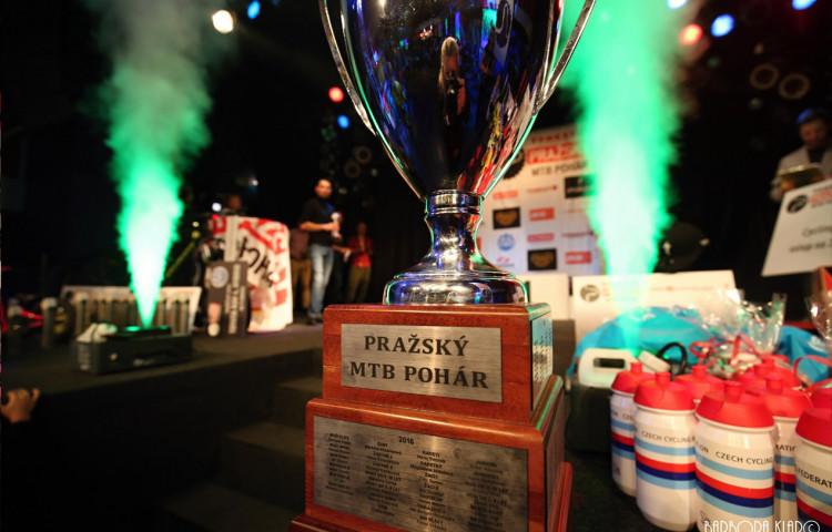 Vítězové TOMKET Pražského MTB poháru obdrželi poháry s dlažební kostkou, vylosovaný výherce bude tři měsíce využívat TOYOTU RAV4 Hybrid od Emil Frey.